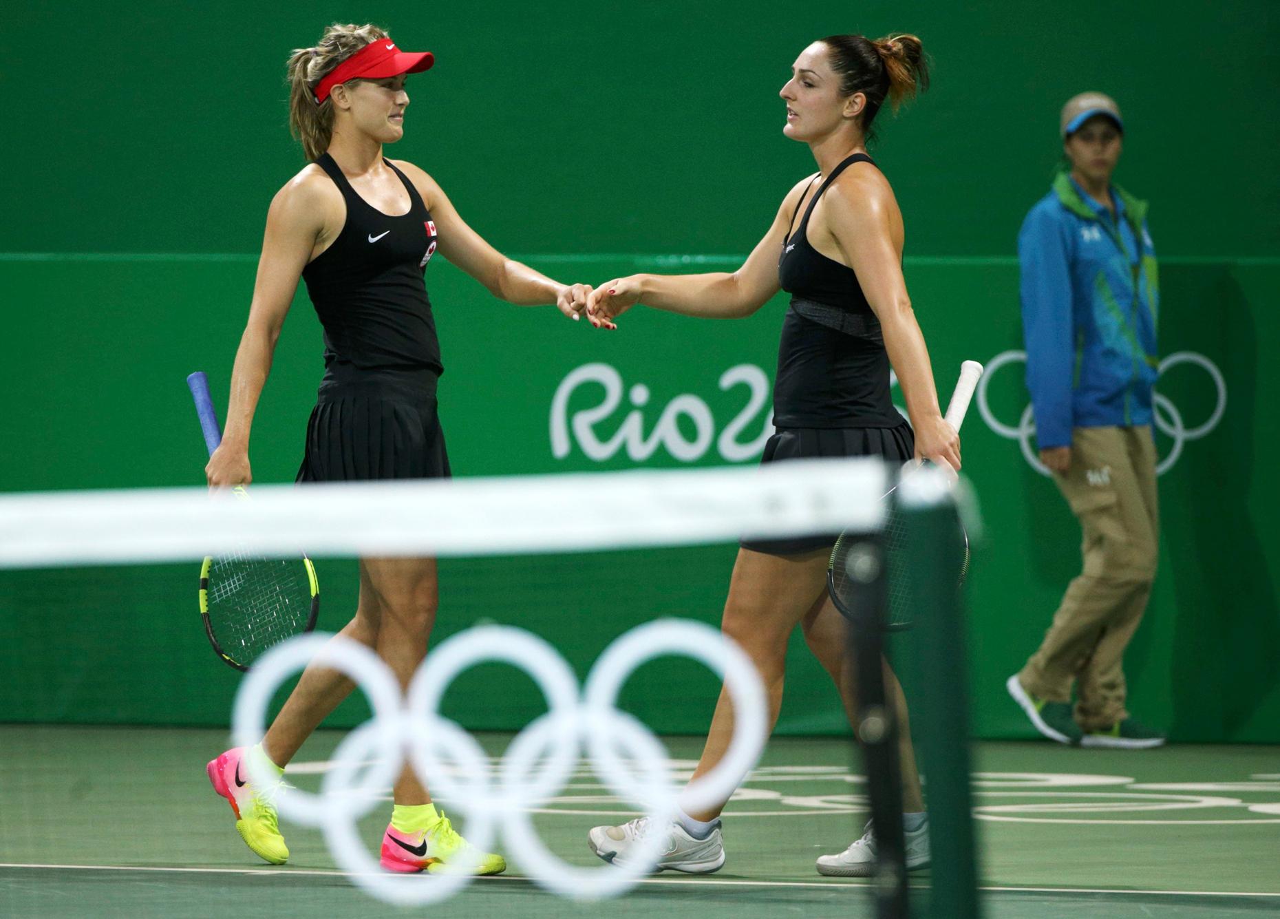 Eugenie Bouchard (à gauche) et Gabriela Dabrowski (à droite) ont accédé au second tour du tournoi de tennis en double en l'emportant sur les Polonaises Klaudia Jansignacik et Paula Kania, le 7 août à Rio.