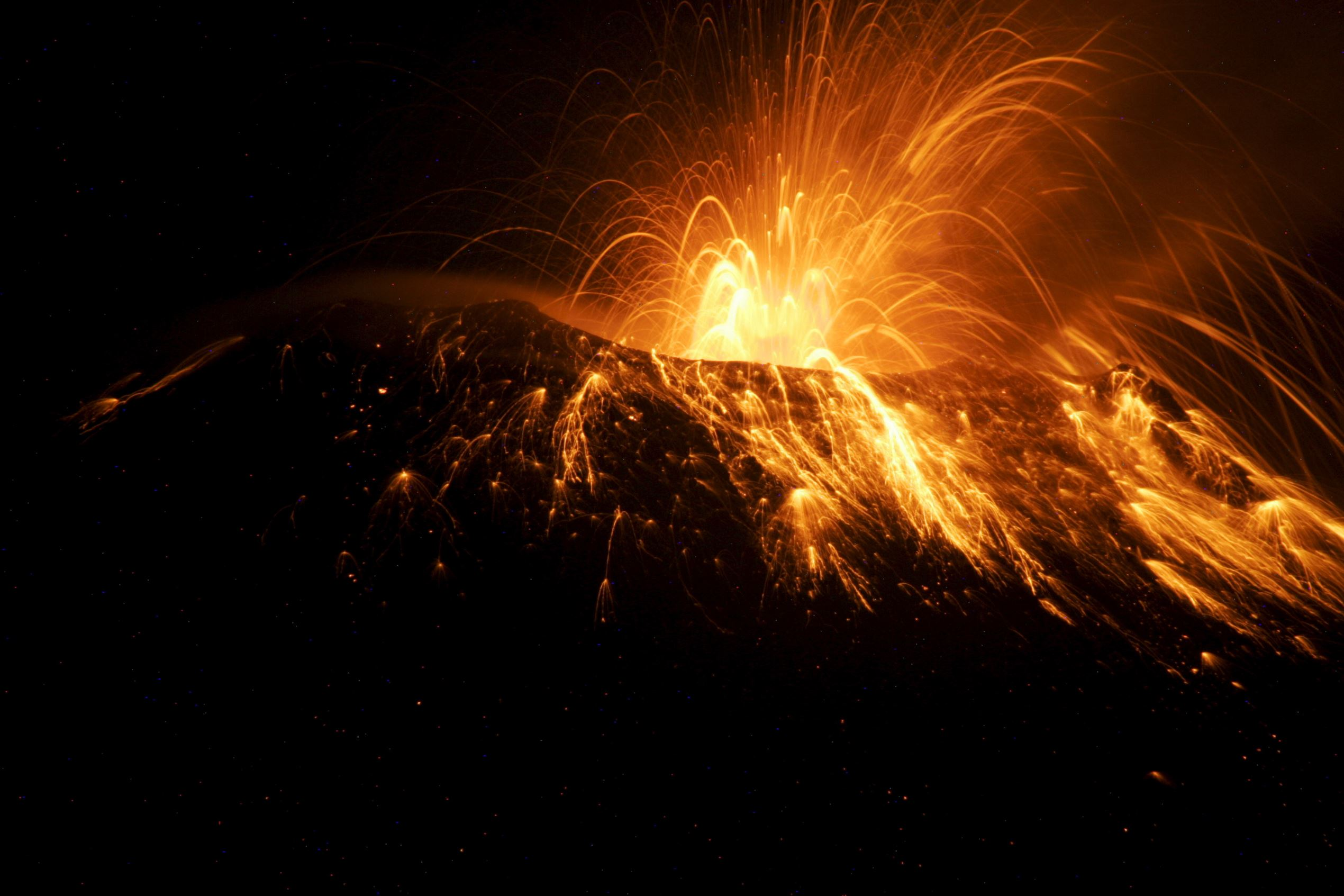 Слайд 28 из 86: Ecuador's Tungurahua volcano spews smoke and ash near Banos March 5, 2016. REUTERS/Carlos Campana EDITORIAL USE ONLY. NO RESALES. NO ARCHIVE TPX IMAGES OF THE DAY