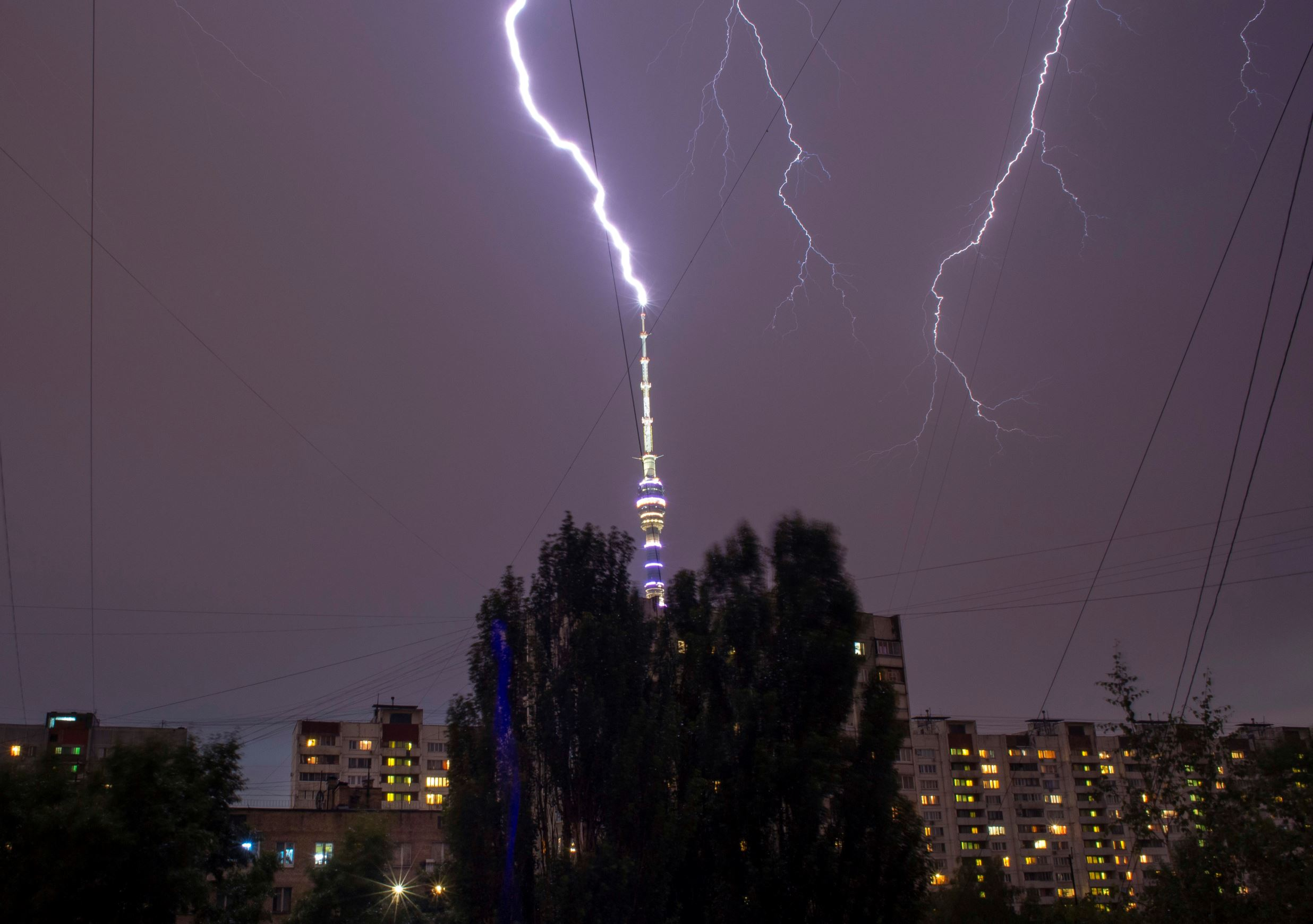 Слайд 66 из 86: Lightning is seen in the sky over the Ostankino TV tower during a storm in Moscow, Russia, Monday, July 18, 2016. (AP Photo/Alexander Zemlianichenko)
