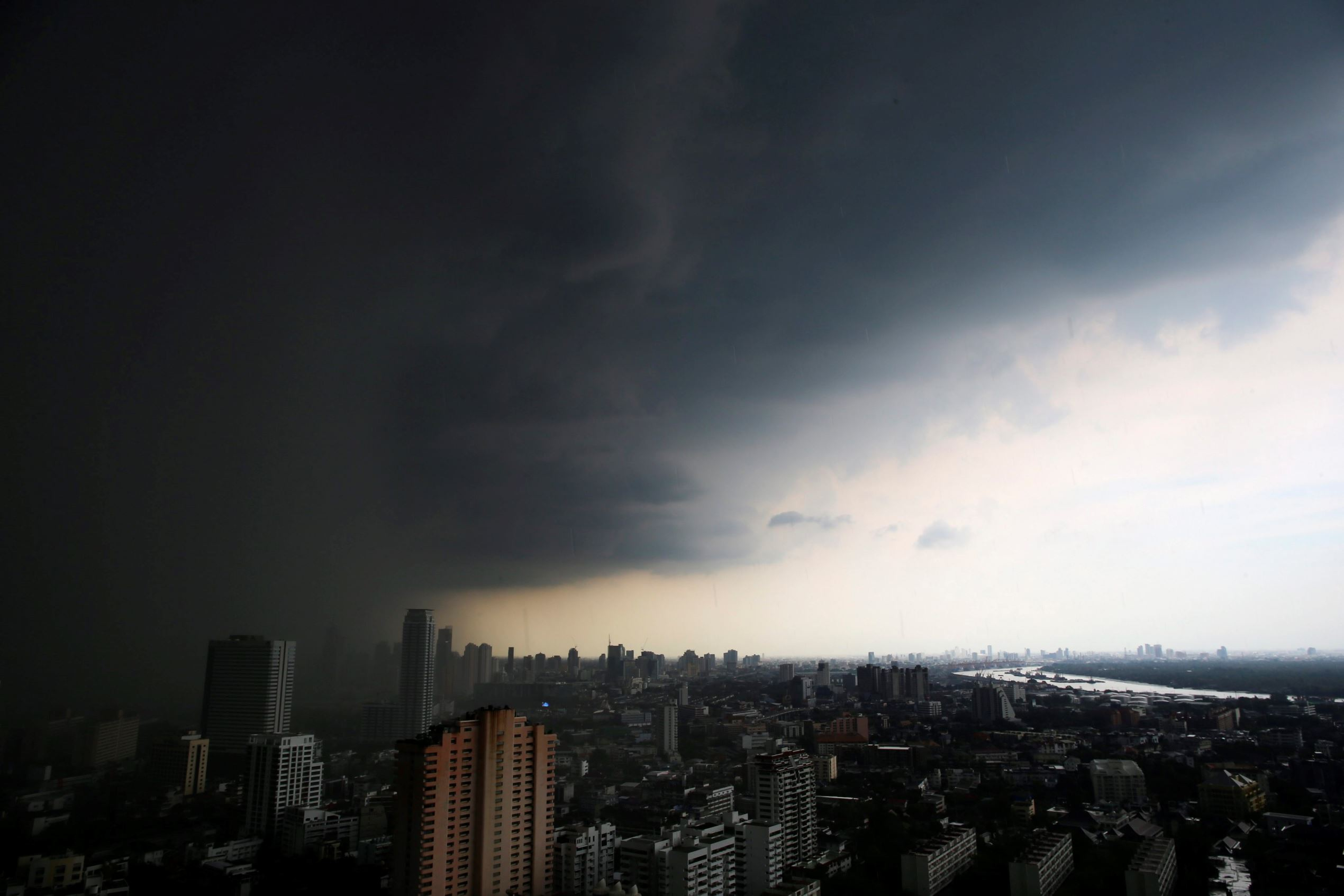 Слайд 56 из 86: epaselect epa05379098 Dark clouds engulf Thailand's capital as rain begins to pour down in Bangkok, Thailand, 20 June 2016. Heavy downpours are very common in Thailand during the rainy season which lasts from May until October. EPA/DIEGO