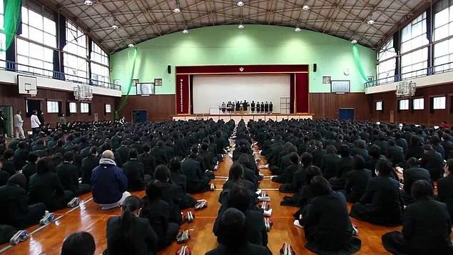 Japon eğitim sistemini diğer eğitim sistemlerinden ayıran en büyük fark grup kurallarıyla öğrenciyi kontrol altında tutmaktır.