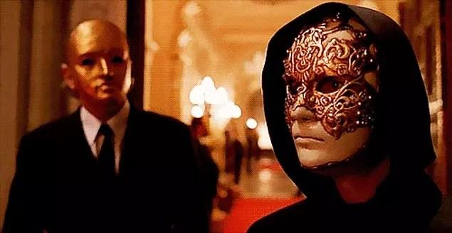 Maskeleri yoktur kendisi için yaşayan kadının, farklı görünmek gibi bir kaygı taşımaz, kendinden utanmak, kendini farklı biri gibi göstermek ona çok uzak şeylerdir.