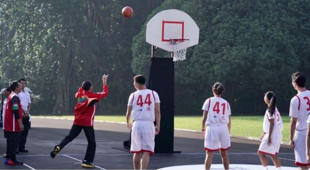 Jokowi main basket foto: Biro Pres