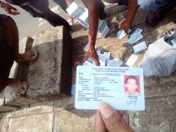 E-KTP jatuh tercecer di jalanan Bogor. (Foto: Ist)
