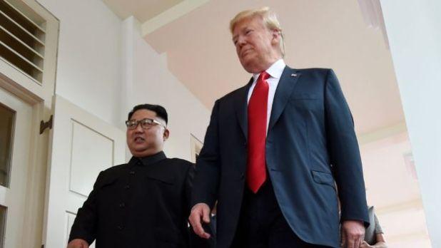 Trump dan Kim Berjabat Tangan (foto: AFP)