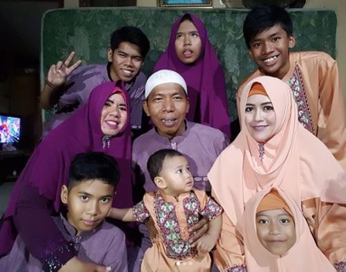 Kiwil bersama kedua istri dan anak-anaknya saat Lebaran 2018. (Foto: Instagram)