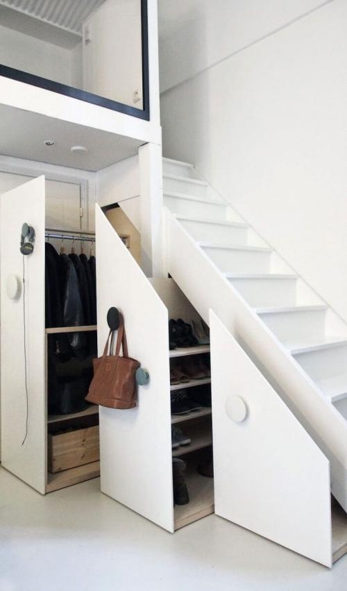 , Anda bisa membuat lemari pakaian rahasia yang dibangun tepat di bawah tangga.
