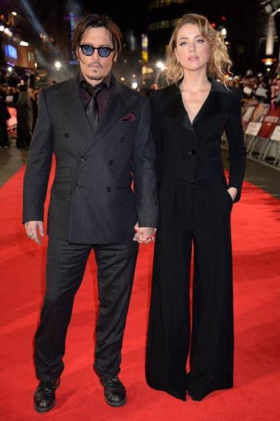 suit berpotongan celana pipa lebar (wide-leg) warna hitam polos.
