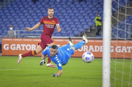 Edin Dzeko bawa AS Roma berbalik unggul (Foto: Twitter/ASRomaEN)