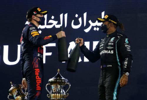 Max Verstappen dan Lewis Hamilton