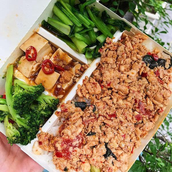 (台南美食/東區)紅蕃茄生活飲食屋~喜歡它的泰式辣味雞肉飯便當!夏天吃好開胃!