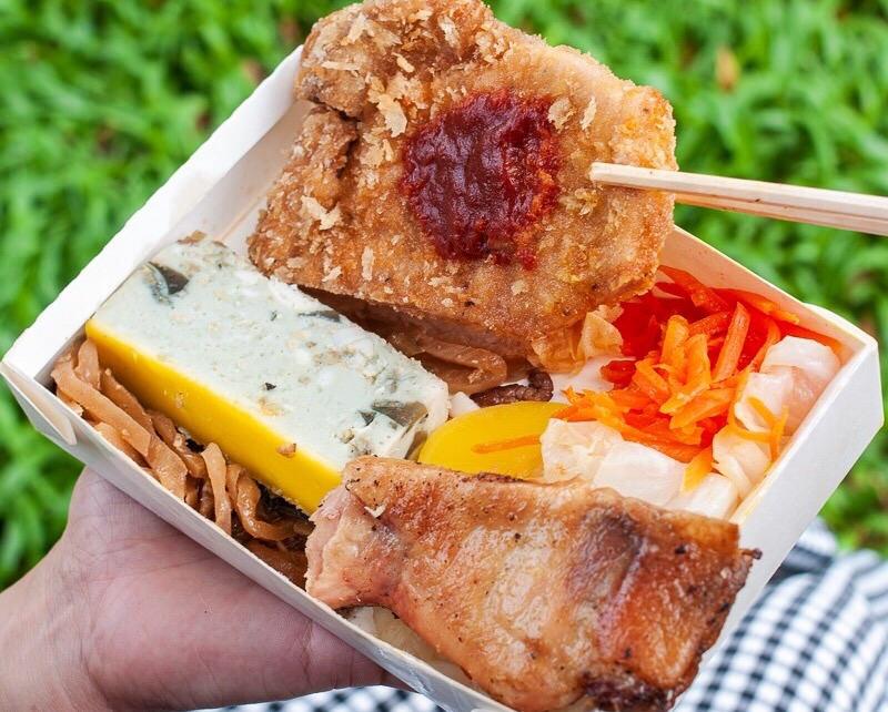 (台南美食/中西區)泉屋日式便當,雙主菜+五樣小菜,七樣菜色裝滿滿的雙盒日式便當只要80元!CP值爆表!