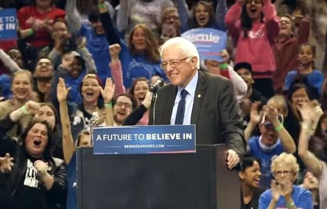 Sorti de nulle part, un petit oiseau s'est invité sur le pupitre de Bernie Sanders, en meeting à Portand, sous les applaudissements des supporters en délire.