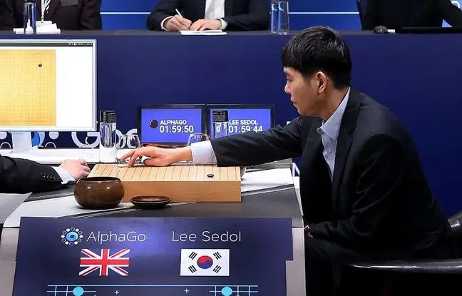 Le grand maître sud-coréen du jeu de go, Lee Se-Dol, lors de la deuxième manche face à l'ordinateur AlphaGo le 10 mars 2016 à Séoul.