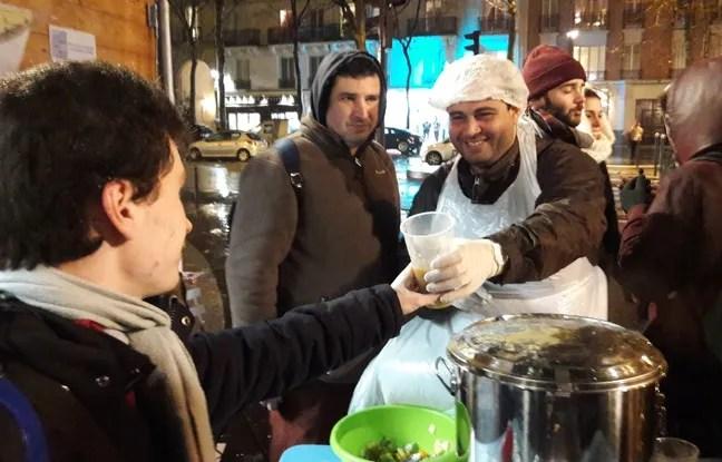 Sourire aux levres, Deiaa, ambassadeur de l'association Le Carillon, distribulait les golbelets de soupe impopulaire, jeudi dernier, sur la place Felix-Eboué (12e).