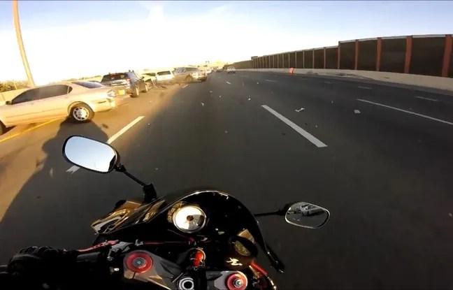 Capture d'écran d'une vidéo montrant un motard éviter de justesse une collision.