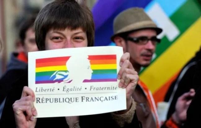 https://i2.wp.com/img.20mn.fr/9Lo_dq3-QGCm7XNeW8WgJQ/648x415_francais-fetent-adoption-mariage-homosexuel-a-lille-23-avril-2013.jpg