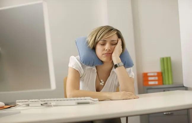 Une employée de bureau faisant la sieste.