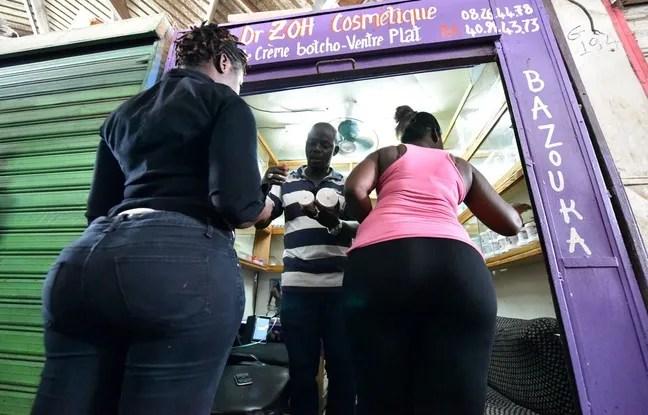 """Sur le marché de Treichville dans la banlieue d'Abidjan en Côte d'Ivoire, les femmes achètent des produits """"élargissants"""" pour se grossir les fesses."""
