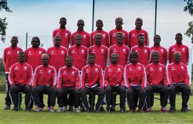 Le club amateur de football allemand a posté une photo de toute l'équipe avec la peau noircie, par solidarité envers deux coéquipiers soudanais victimes d'agressions racistes.