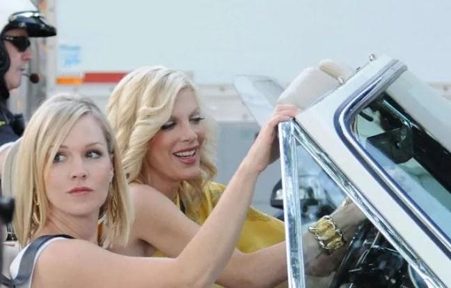 Repérées, les deux pestes blondes de Beverly Hills, Tori Spelling (D) et Jennie Garth, réunies sur le plateau de «90210». Une bien belle image...