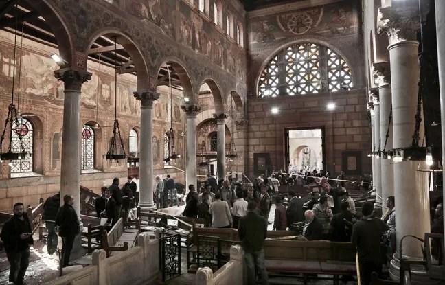 Les forces de sécurité examinent la scène à l'intérieur de la cathédrale Saint-Marc au centre du Caire, à la suite d'un attentat à la bombe, dimanche 11 décembre 2016.