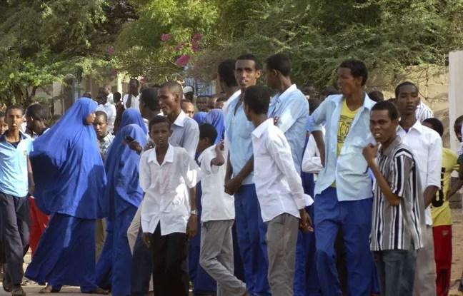 Des étudiants rassemblés devant l'université de Garissa pendant l'attaque des shebab jeudi 2 avril 2015.