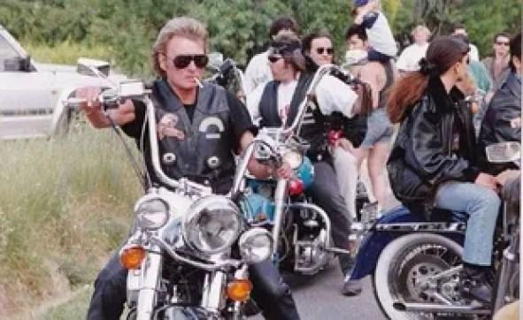 Johnny Hallyday sur son Harley Davidson et ses couleurs Desperados.