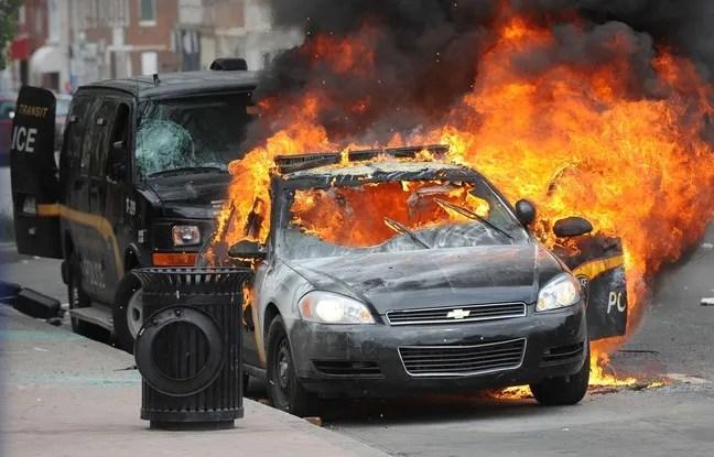 Une voiture de police brûle, le 27 avril 2015,  lors des émeutes à Baltimore