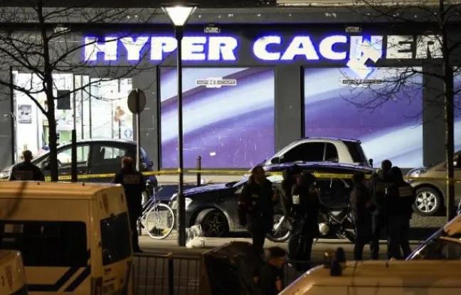 Des policiers devant l'Hyper Cacher Porte de Vincennes dans l'est de Paris le 9 janvier 2015 après l'assaut des forces spéciales