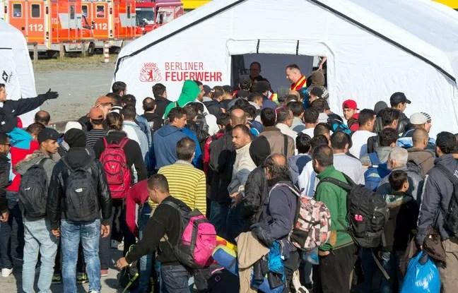 Des réfugiés attendent d'être examinés par des médecins à proximité de la gare de Schoeneberg, près de Berlin, le 10 septembre 2015.