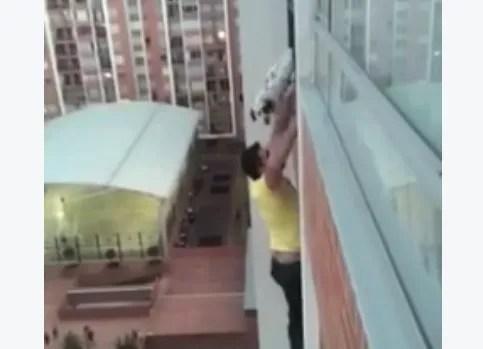 En Colombie, un homme a escaladé la façade de son immeuble pour sauver le chien de sa voisine, coincé sur la balustrade.