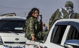 Une combattante kurde contrainte de quitter la zone frontalière entre la Syrie et la Turquie, le 27 octobre 2019.