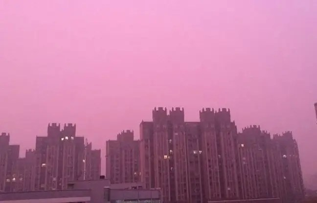 Sur les réseaux sociaux, les internautes échangeaient mercredi des images d'immeubles sur fond de nuage violet.