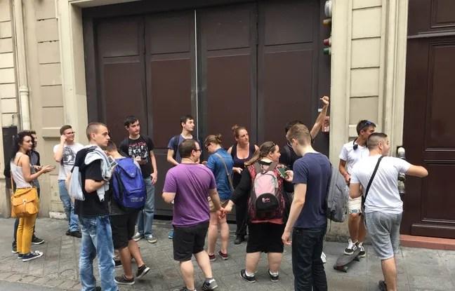 Quelques dresseurs ont cru avoir repéré un pokémon, 25 juillet 2016 à Paris.