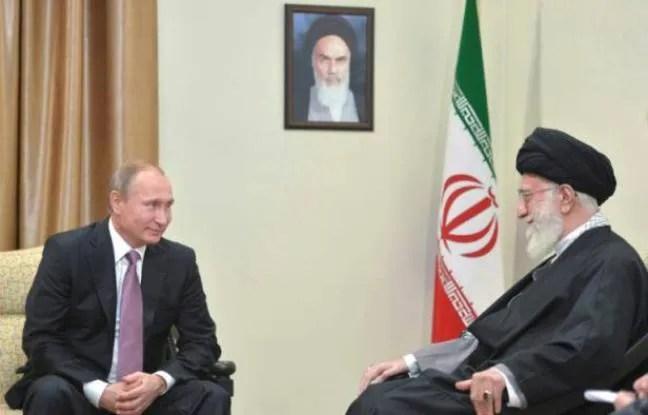 Le président russe Vladimir Poutine et le guide suprême d'Iran, l'ayatollah Khamenei à Téhéran, le 23 novembre 2015