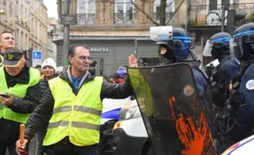 Un manifestant parlent avec les forces de l'ordre à Bordeaux, lors de l'acte 6 des «gilets jaunes», le 22 décembre 2018.