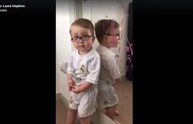 Surpris par sa mère alors qu'il peignait le miroir au rouge à lèvres, ce petit garçon a accusé Batman d'être le véritable auteur de cette bêtise.