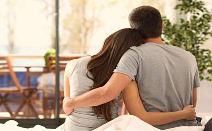 هل يحب الرجل النوم في حضن زوجته   3a2ilati