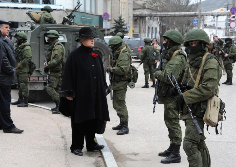 Orosz katonák a Krím-félszigeten - AFP PHOTO/ VIKTOR DRACHEV