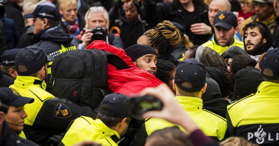 Feketepéter-ellenes tüntetők dulakodnak a rendőrökkel a hollandiai Goudában. AFP PHOTO/ ANP /REMKO DE WAAL