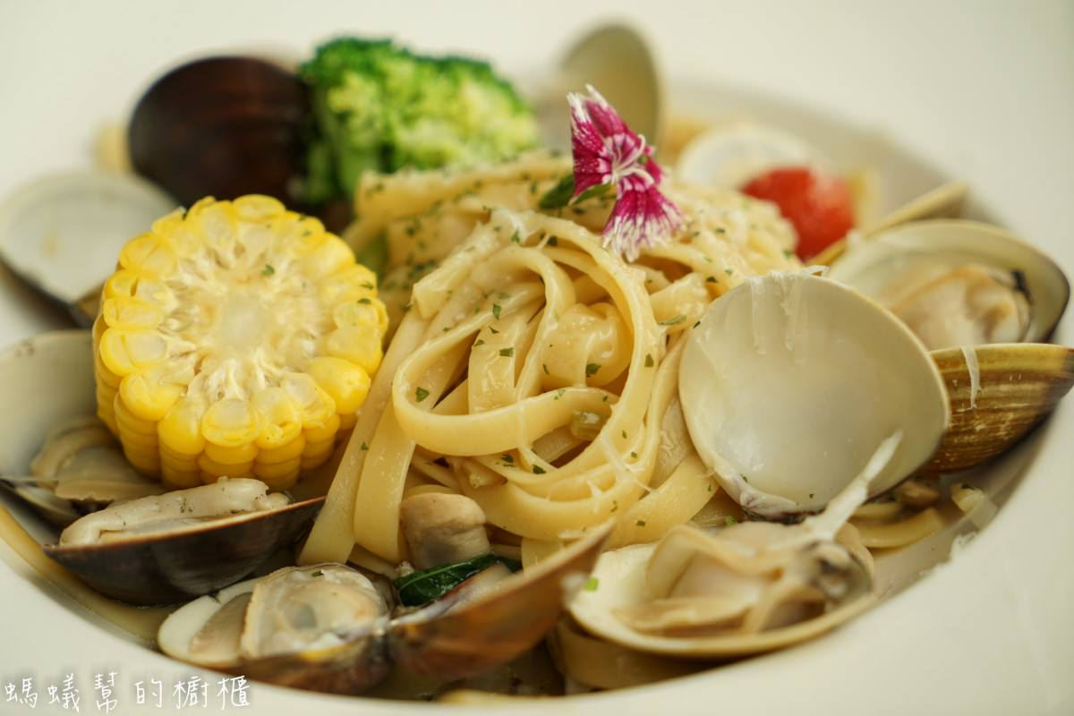 台中路義思LOIS小館   浮誇系白酒蛤蠣麵,蛤蠣大顆感受出老闆的堅持!餐點口味清爽健康。