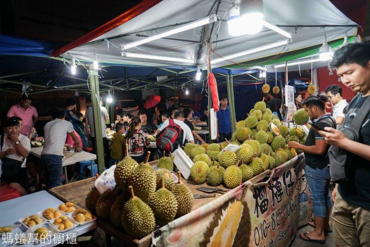 馬來西亞沙巴亞庇天橋榴槤街夜市 | 馬來西亞必吃貓山王榴槤、本土榴槤、山竹、紅毛丹,大啖特色水果。