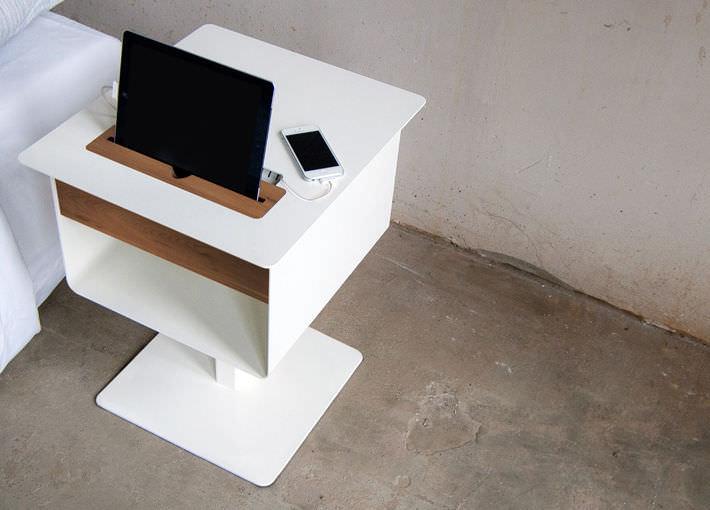 table de chevet contemporaine en bois carree avec prise de courant integree nomad