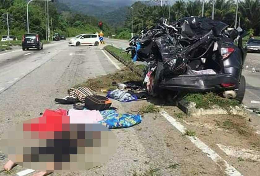 Kereta Honda yang dinaiki enam beranak remuk akibat kemalangan di Lenggong pagi tadi. - Astro AWANI