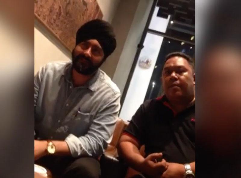 Gambar tawan skrin Manjit Singh (kiri) bersama seorang wakil MESA dalam video perjumpaan pertubuhan itu dengan wakil Organisasi Papan Selaju Johor.