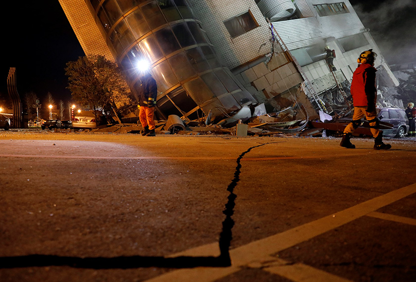 Keadaan jalan raya yang rosak akibat gempa bumi yang melanda Hualien, tengah malam semalam.