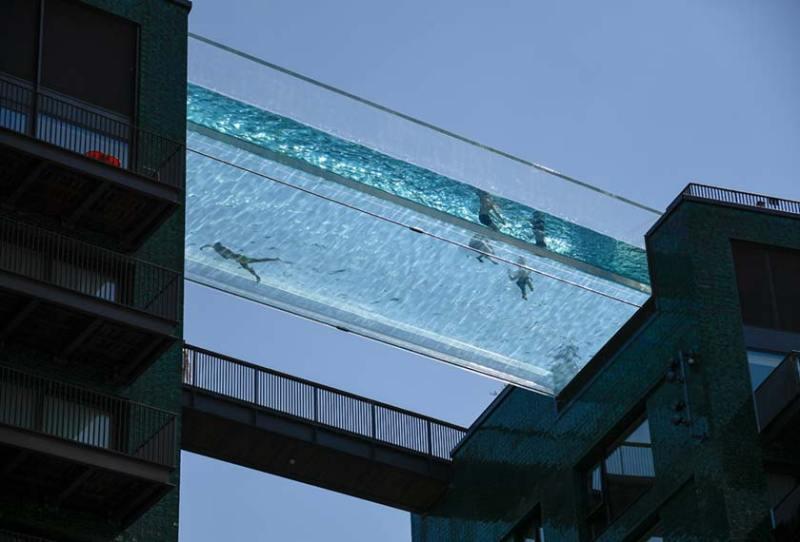 Kolam lutsinar ini terletak 115 kaki di udara, bersamaan tingkat 10 bangunan. - AP/Reuters
