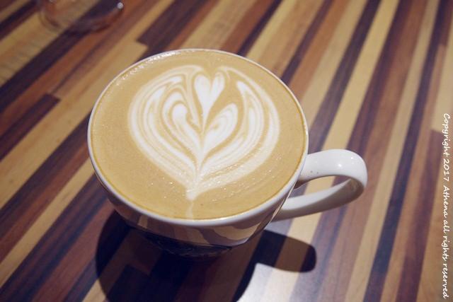 台北 ▌台北車站 : notch咖啡工場 木頭質感的 平價咖啡廳 /WIFI 插頭/不限時