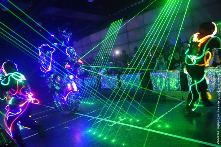 日本 ▌東京特色歌舞秀 新宿機器人餐廳 科幻帶點歡樂的特色表演秀 (歌舞伎町一番街)